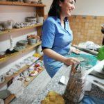 Nancy nel suo laboratorio di ceramica a Camini (foto di Adele Murace)